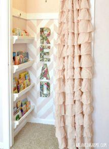 Un antiguo armario ropero, papel pintado y una cortina